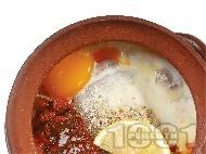 Гювечета със свинско месо от плешка, сирене, гъби печурки, яйца и сирене